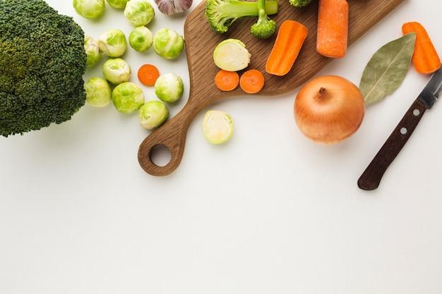 コピースペースでまな板の上のトップビュー野菜ミックス 無料写真