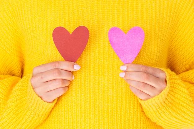 Женщина держит бумажные сердца вид спереди Бесплатные Фотографии