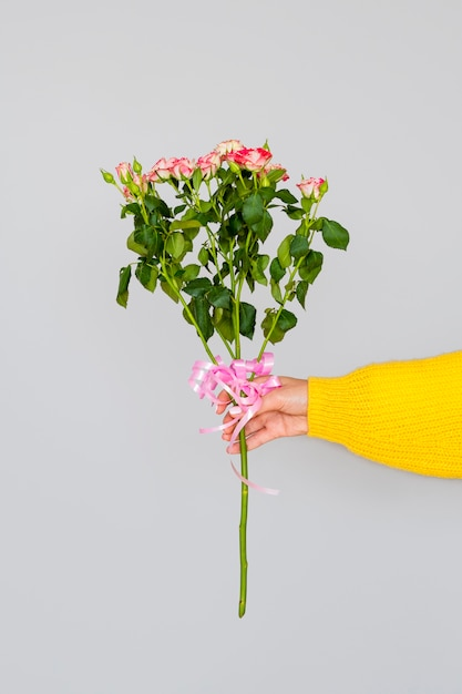 バラの花束を保持している女性 無料写真