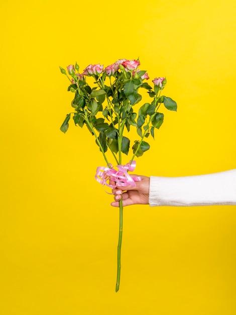 ロマンチックなバラの花束を保持している女性 無料写真