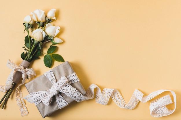 バラの花束とギフトのフラットレイアウト 無料写真