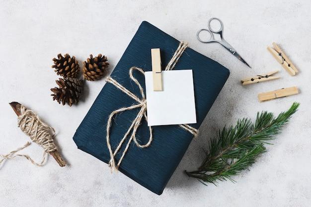 Вид сверху подарок с шишками и строкой Бесплатные Фотографии