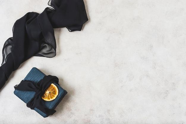 柑橘類のスライスとコピースペースでプレゼントのフラットレイアウト 無料写真