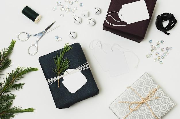 Вид сверху подарков с бирками и папоротником Бесплатные Фотографии