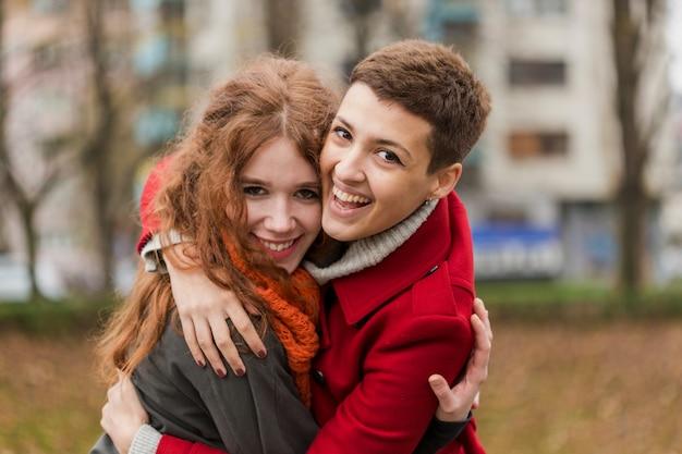 笑っているクローズアップの愛らしいカップル 無料写真
