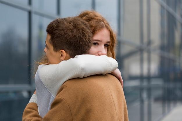 お互いを抱いてクローズアップ若い女性 無料写真