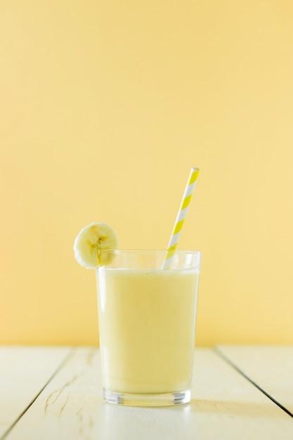 ストローでバナナミルクセーキの正面図 無料写真