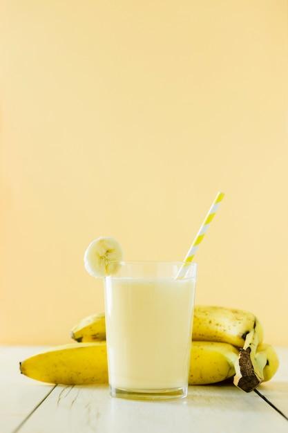 フルーツバナナミルクセーキの正面図 無料写真