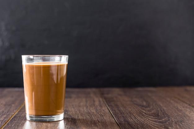 チョコレートミルクセーキのガラスの正面図 無料写真