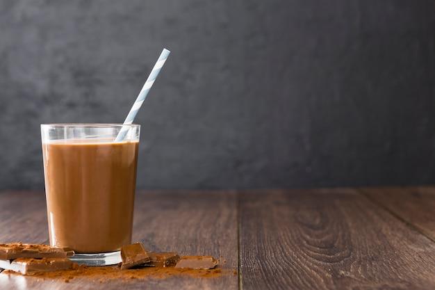 ストローでチョコレートミルクセーキの透明なガラス 無料写真