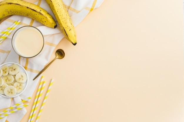 ストローとフルーツのバナナのスムージーのトップビュー 無料写真