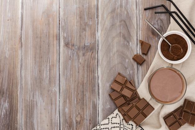 Вид сверху на шоколад с соломкой и какао Бесплатные Фотографии