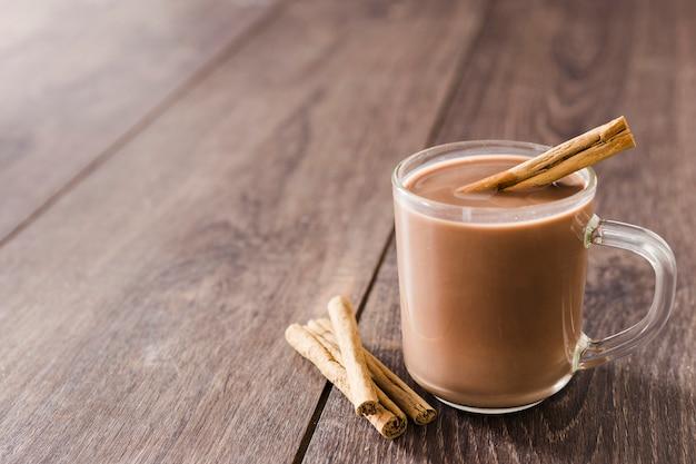Чашка горячего шоколада с палочками корицы и копией пространства Бесплатные Фотографии