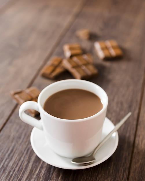 スプーンでホットチョコレートのカップ 無料写真