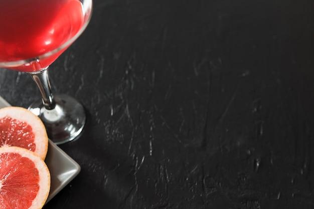 コピースペースとグレープフルーツカクテルのグラス 無料写真