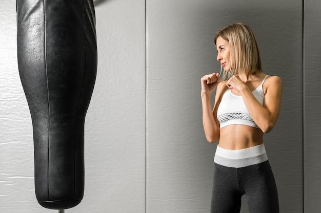 Портрет молодой женщины бокс в тренажерном зале Бесплатные Фотографии