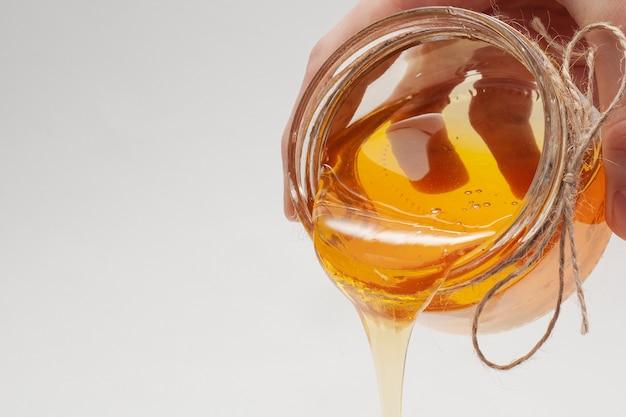 瓶から注ぐ自家製蜂蜜 無料写真