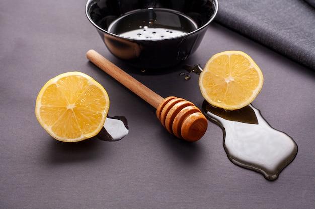 蜂蜜スティックとクローズアップとレモンスライス 無料写真