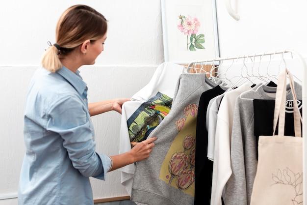 女性服ミディアムショットを見て 無料写真