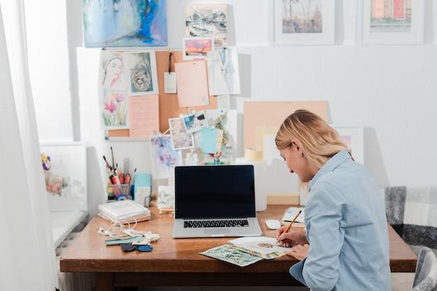 クリエイティブな女性作業ミディアムショット 無料写真
