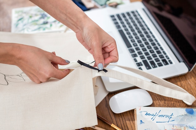 Высокий угол женщины, работающей на сумке Бесплатные Фотографии