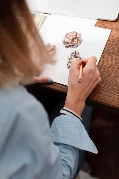 花を描くアーティストの背面図 無料写真