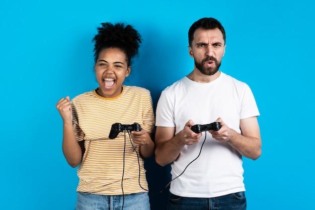 Пара играет в видеоигры Бесплатные Фотографии