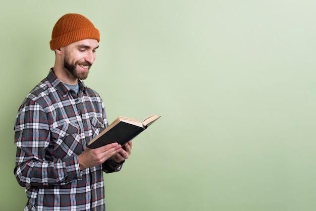 本を読みながら笑顔の男 無料写真