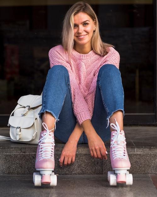 Вид спереди улыбающейся женщины в роликовых коньках Бесплатные Фотографии