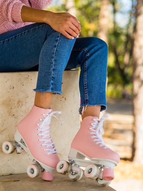 女性がローラースケートとジーンズでポーズ 無料写真