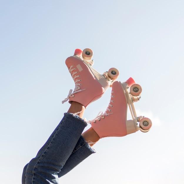 コピースペースを持つ脚のローラースケートのローアングル 無料写真