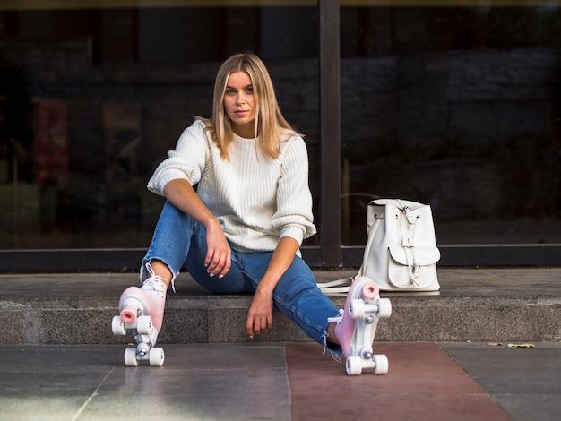 Стильная женщина позирует с роликовыми коньками Бесплатные Фотографии