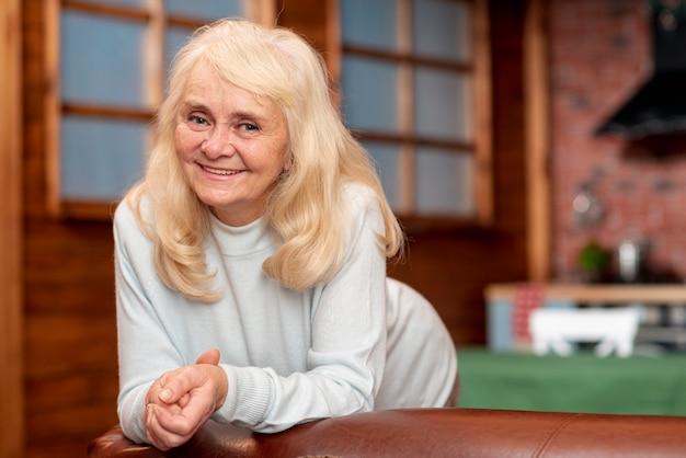 自宅でフロントビュー年配の女性 無料写真