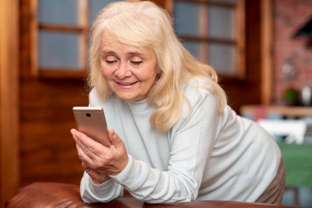 携帯電話で探しているローアングルシニア女性 無料写真
