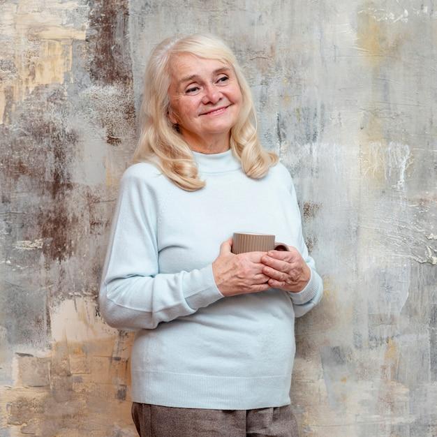 冷凍ウィンドウの隣に立っている女性 無料写真
