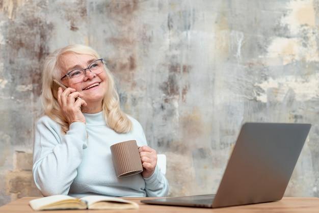 年配の女性が自宅で仕事 無料写真
