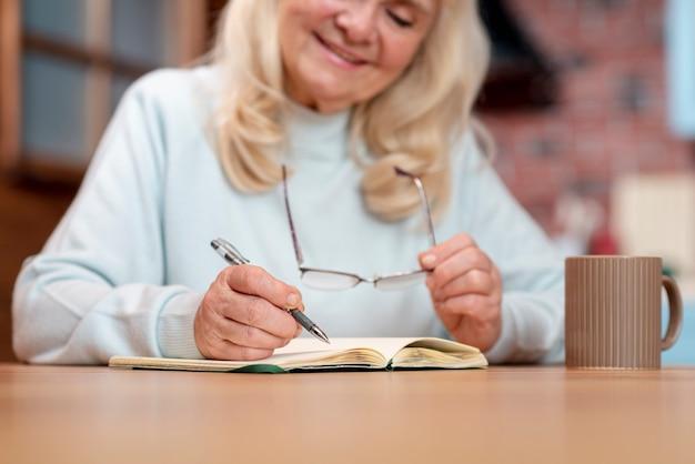 Крупным планом старший бизнес женщина работает Бесплатные Фотографии