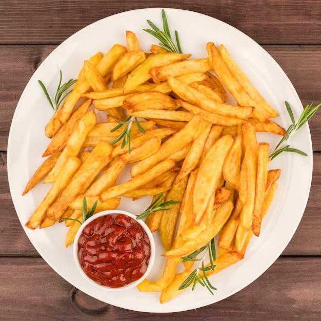 Вид сверху картофель фри с соусом Бесплатные Фотографии