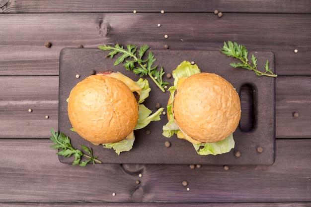 Вид сверху вкусные гамбургеры на деревянный стол Бесплатные Фотографии