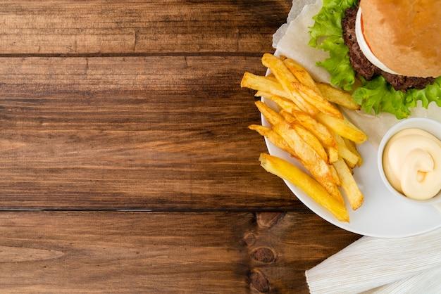 Фаст-фуд еды на деревянный стол с копией пространства Бесплатные Фотографии