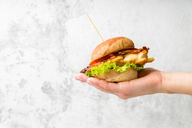 Рука вкусный гамбургер Бесплатные Фотографии