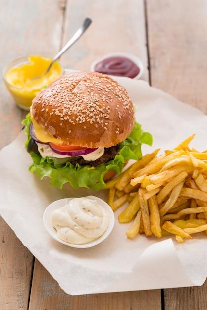 Вкусный гамбургер с соусом и картофелем фри Бесплатные Фотографии