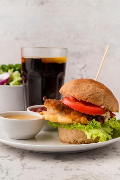 Вкусный домашний гамбургер с соусом и содой Бесплатные Фотографии