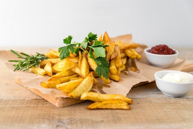 Вкусный картофель фри с майонезом на деревянном столе Бесплатные Фотографии