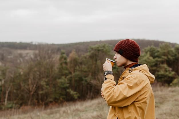 お茶を飲む男性の側面図 無料写真