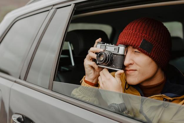 ハンサムな旅行者の写真をクローズアップ 無料写真