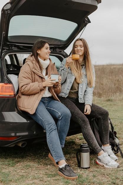チャットとお茶を飲む低角度の女性 無料写真