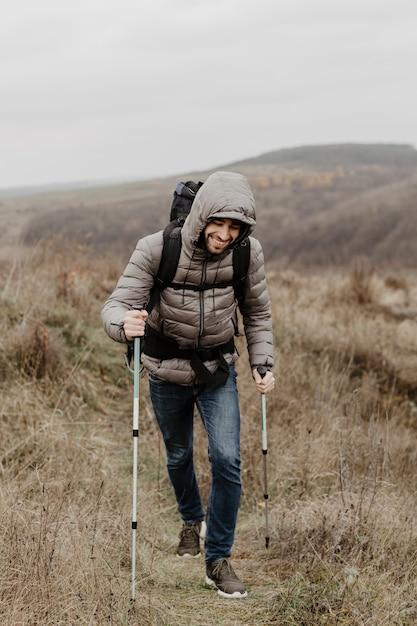 登山装備のスマイリーの若い男 無料写真