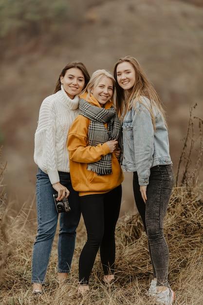 冬の旅行のガールフレンドのグループ 無料写真