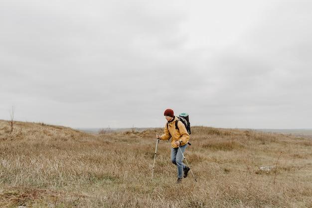 自然を探索する機器と若い男 無料写真